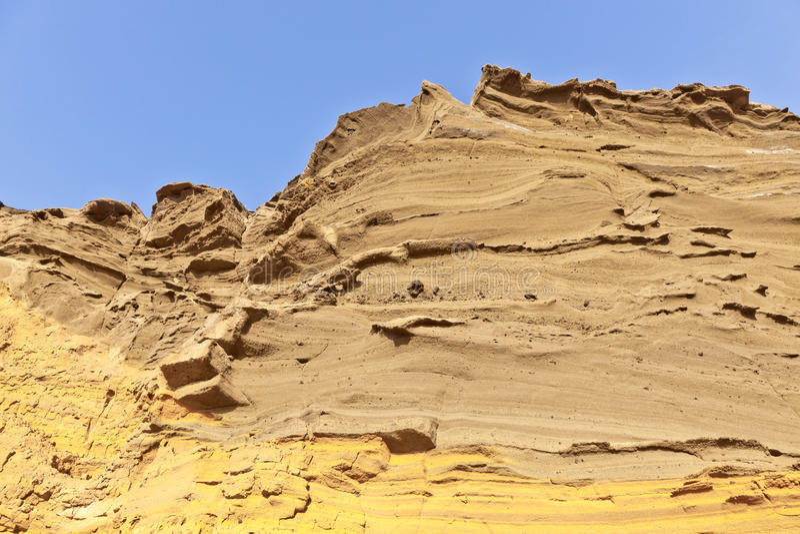 Вулканическое каменное образование с голубым небом на el Golfo, Лансароте стоковое фото rf
