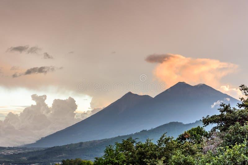 Вулканы на заходе солнца, Антигуа Fuego & Acatenango, Гватемала стоковые изображения rf