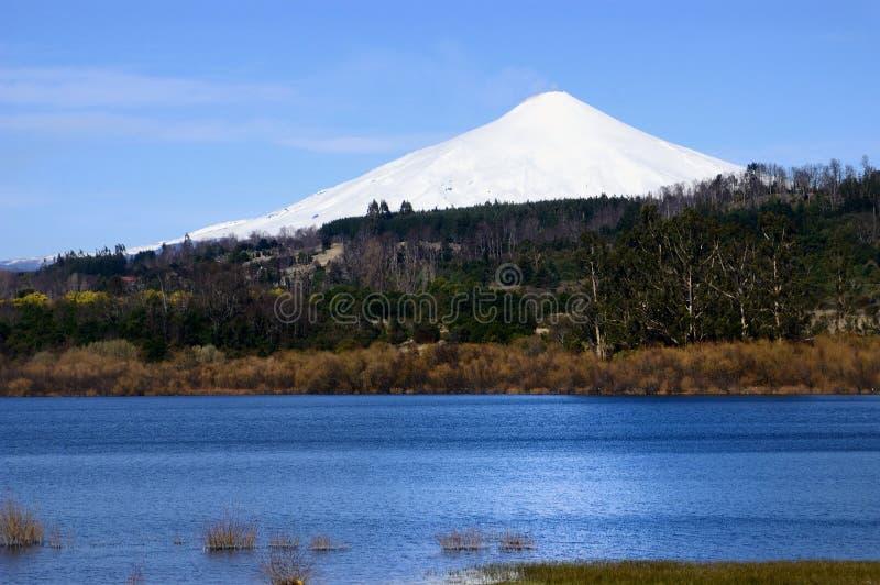Вулкан и озеро стоковое изображение rf