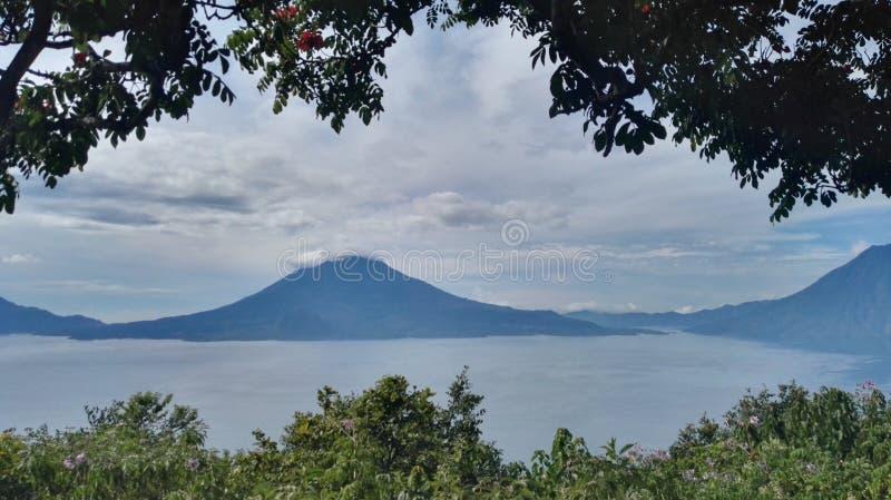 Вулкан и озеро стоковое изображение