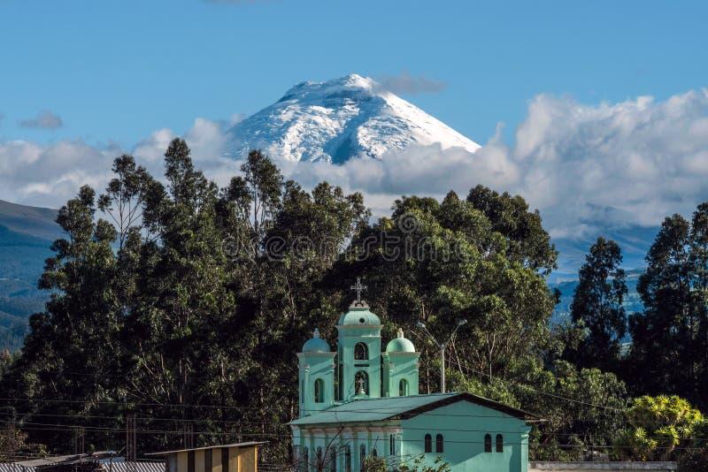 Вулкан над церковью Сан Jaloma, Анды Котопакси стоковые фото