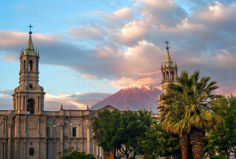 Вулкан El Misti обозревает город Arequipa в южном Перу стоковые изображения