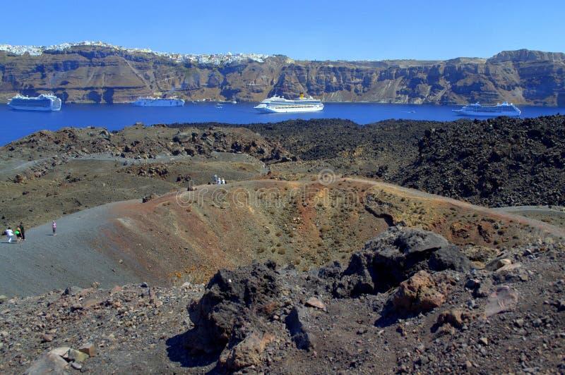 Вулкан Nea Kameni, круизы и остров Santorini стоковое фото