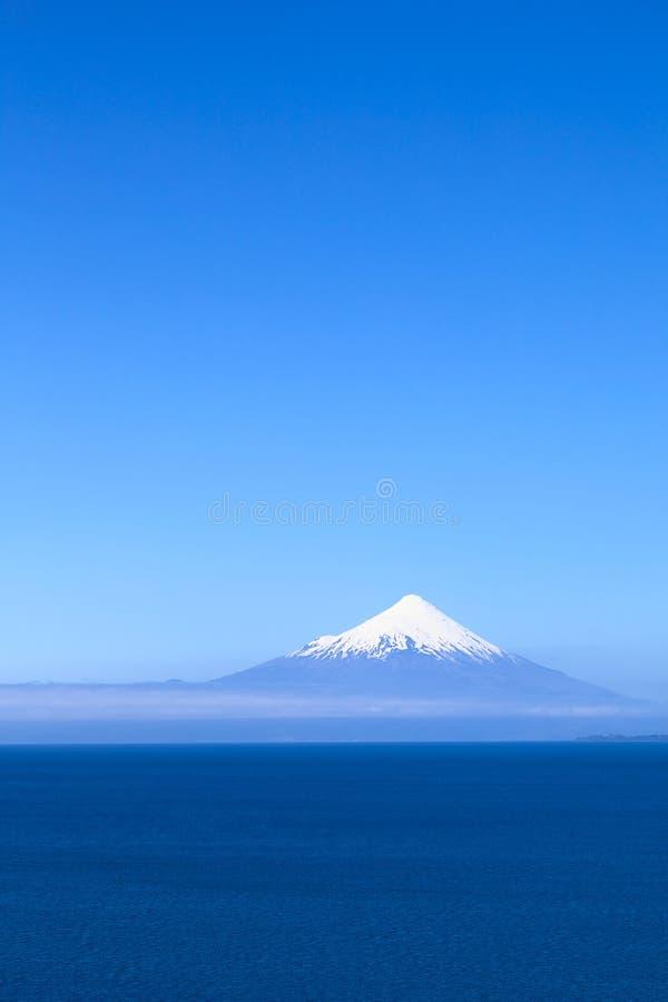 Вулкан Osorno на озере Llanquihue, Чили стоковое фото rf