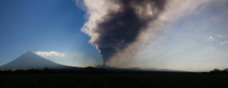 Вулкан Pacaya извергая стоковое изображение rf
