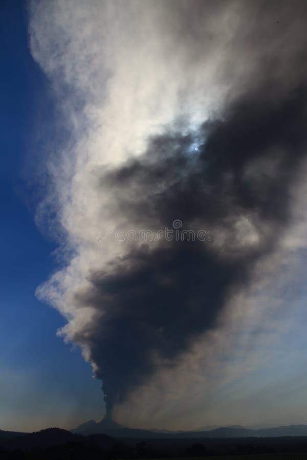 Вулкан Pacaya извергая стоковое фото