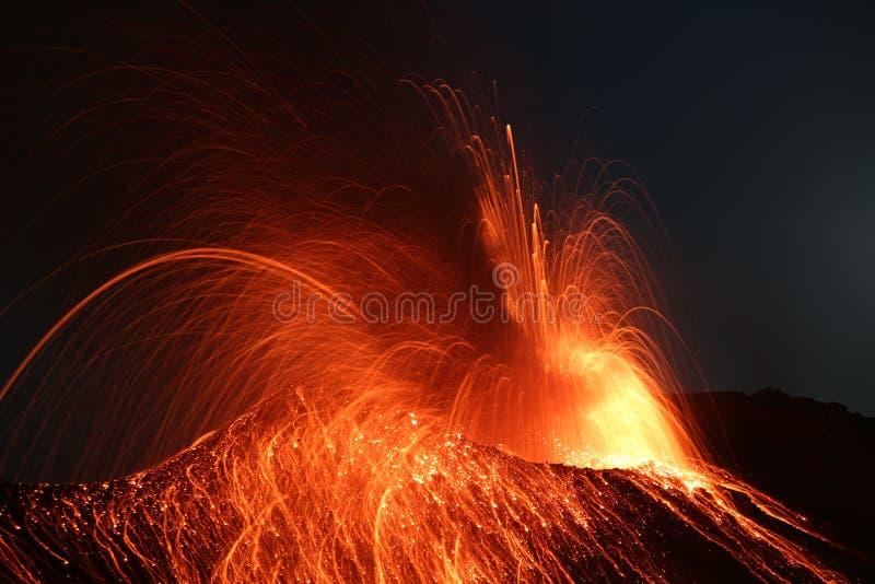 Вулкан Stromboli извержения Strombolian извергая стоковые изображения