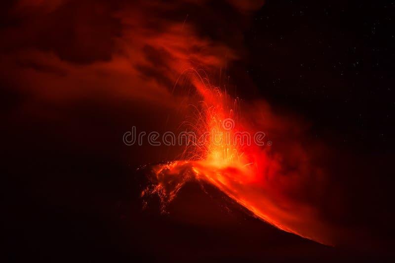 Вулкан Tungurahua извергает лаву и золу стоковое изображение
