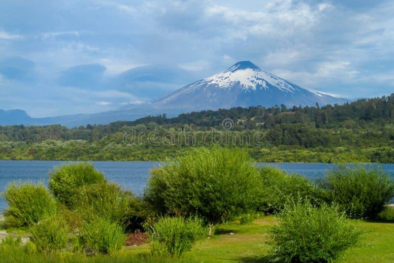 Вулкан Villarica и озеро в Чили стоковые изображения