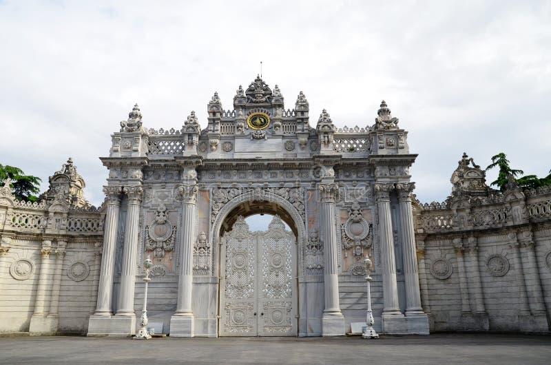 Входная дверь парадного входа дворца dolmabahce в Стамбуле, Турции стоковое изображение rf