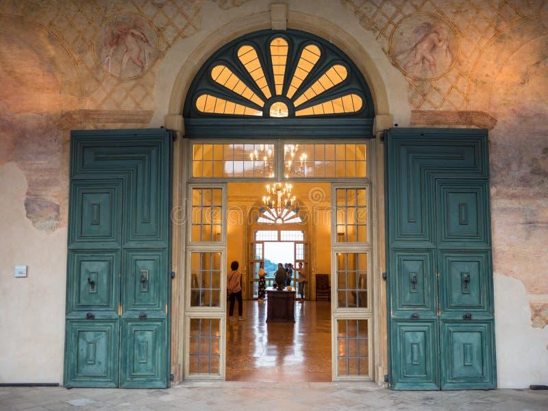 Входная дверь старой виллы Итальянского Возрождения стоковое фото