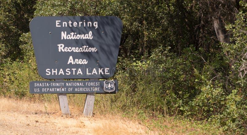 Входя в знак рекреационной зоны озера Shasta национальный стоковые фотографии rf