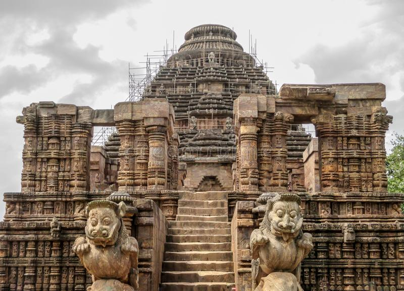 Вход виска Солнца с одним львом пар каменным, Konark, Odisha, Индией стоковое изображение rf
