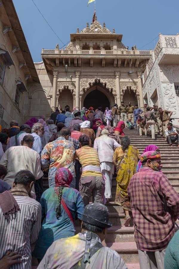 Вход виска Radha Rani на Barsana во время фестиваля Holi, Уттар-Прадеш, Индии стоковое фото