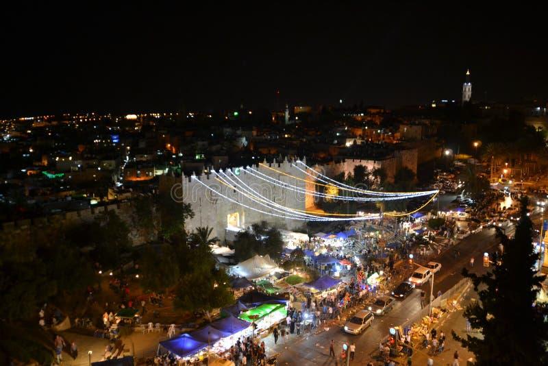 Вход ворот Дамаска на старый город Иерусалим Палестину Израиль вечером со светами во время Рамазан стоковая фотография