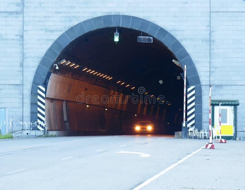 Вход в подземный тоннель с столбом, барьерами и светофорами предохранителя стоковое изображение
