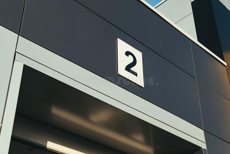 Вход гаража автомобиля с номером стоковая фотография rf