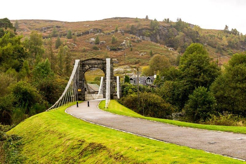 Вход для публики к историческому мосту Oich в настоящее время служа как footbridge над рекой Oich около Aberchalder, Scotlan стоковое изображение rf