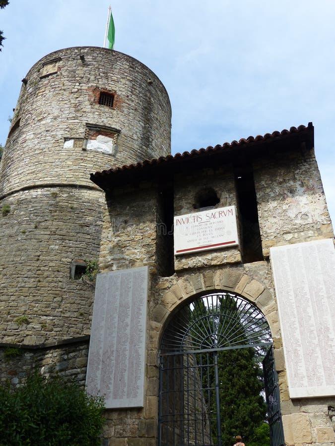 Вход замка Бергама с затем башней круга militar r стоковая фотография rf