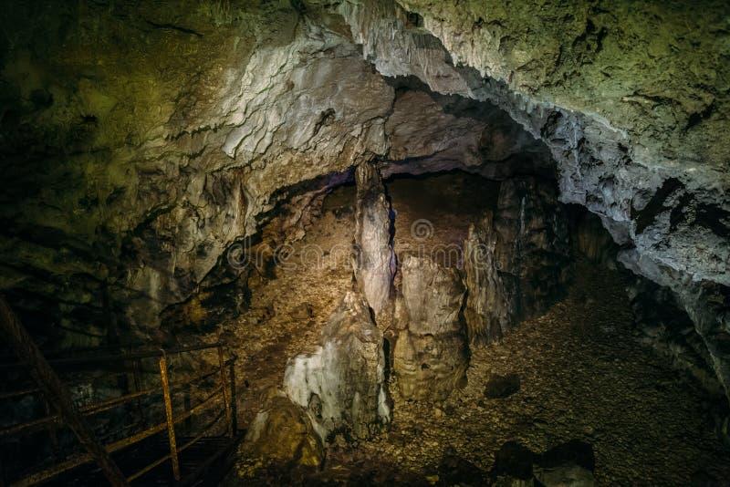Вход или спуск, который нужно выдалбливать, сталактиты и сталагмиты стоковые фото