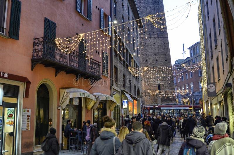 Вход исторического центра, среди небольших вторичных дорог, на сумраке там тысяча желтых светов для рождества стоковое фото rf