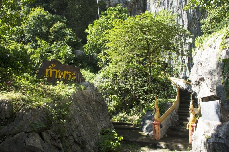 Вход и лестница строба для тайских людей идут к виску пещер Tham Phra Khao Chaison стоковые фото