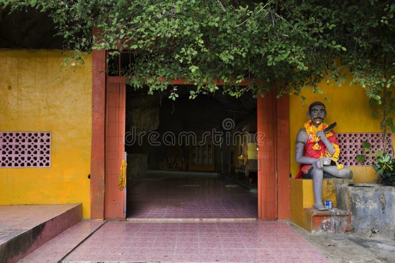 Вход и лестница строба для тайских людей идут к виску пещер Tham Phra Khao Chaison стоковое фото rf