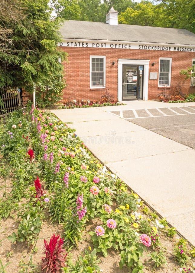 Вход и тротуар здания почтового отделения Соединенных Штатов с цветочным садом стоковое изображение rf