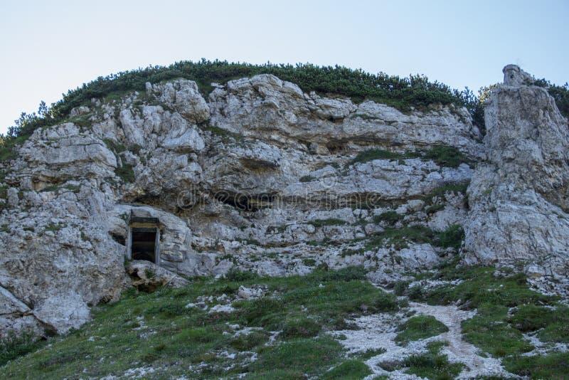 Вход к бункеру высекаенному в холм стоковые фотографии rf