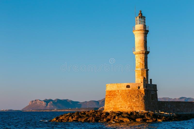 Вход к гавани Chania с маяком на заходе солнца, Критом, Грецией стоковое фото