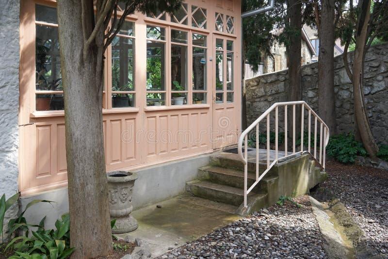 Вход к дому от сада через деревянную веранду стоковые изображения rf