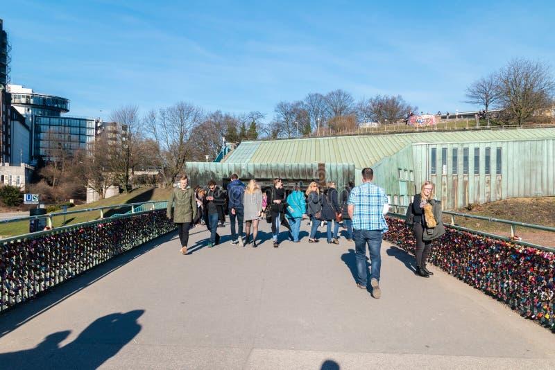 Вход к железнодорожному вокзалу Landungsbrucken и эпицентру деятельности пер стоковые изображения rf
