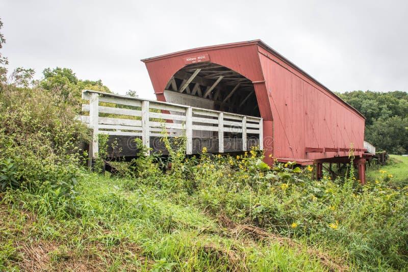 Вход к историческому крытому мосту Roseman, Winterset, Madison County, Айове, США стоковые изображения rf