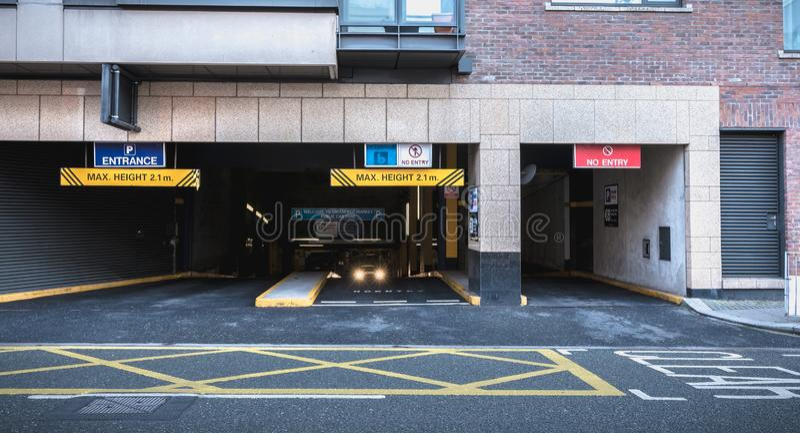 Вход к подземной стоянке в Дублине, Ирландии стоковые фото