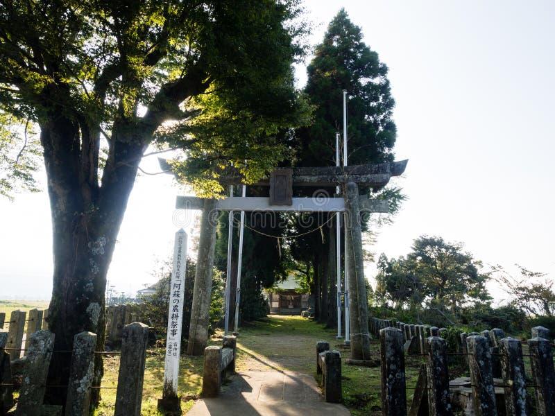 Вход к святыне Shimomiya внутри кальдеры Aso вулканической, части национального парка Aso-Kuju стоковое изображение rf