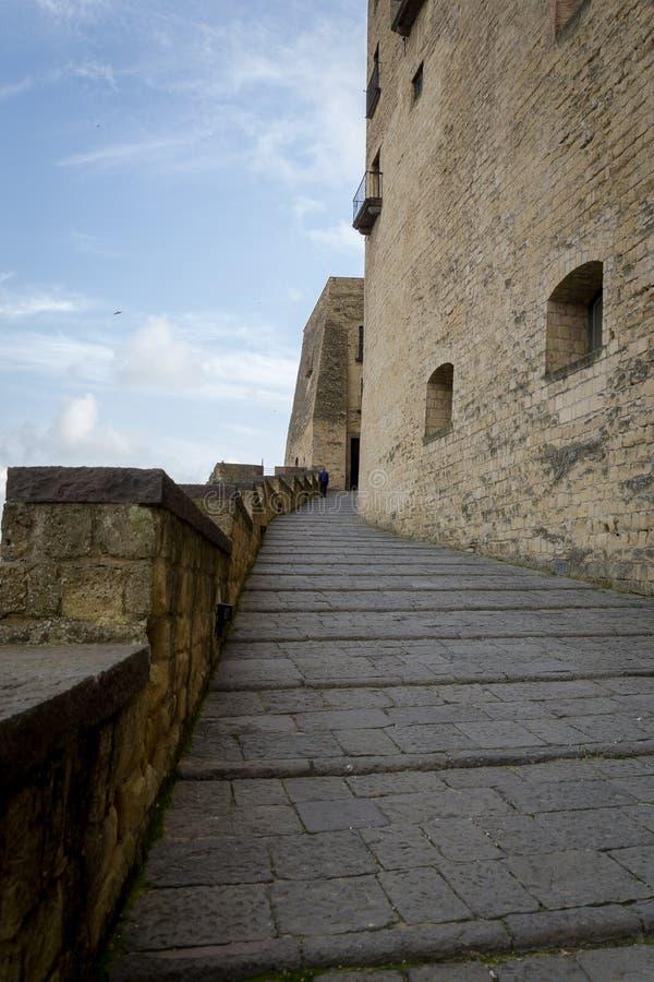 """Вход к средневековому Dell """"Ovo Castel замка Замок самое старое стоящее городище в Неаполь стоковая фотография"""