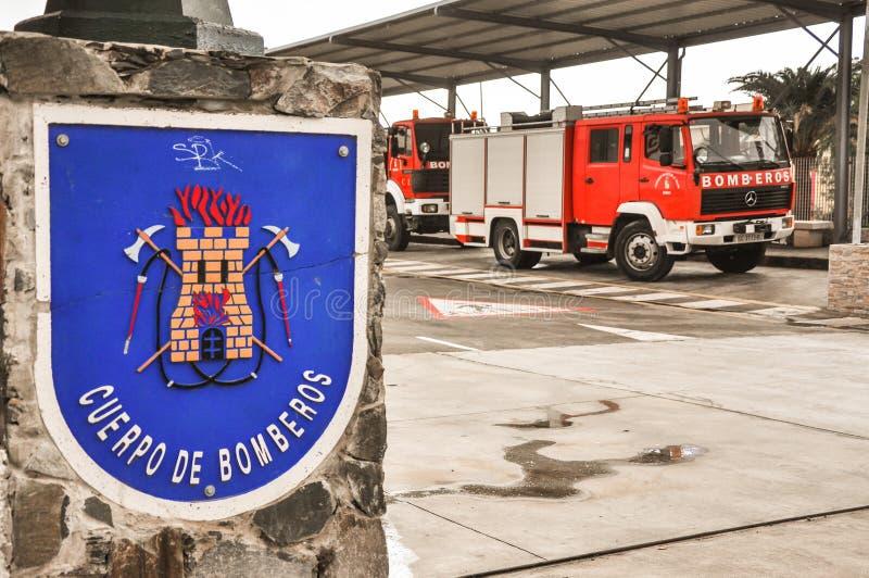 Вход к станции пожарного на юге Гран-Канарии Maspalomas Красные автомобили тележки пожарных готовые для того чтобы пойти стоковая фотография rf