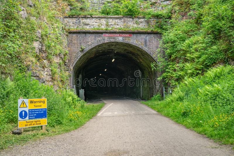 Вход к тоннелю надгробного камня, Дербиширу, Англии, Великобритании стоковое изображение