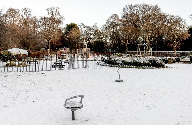 Вход на детскую игровую площадку, покрытую снегом, в парк Уэстберн, Абердин, Шотландия стоковые фото