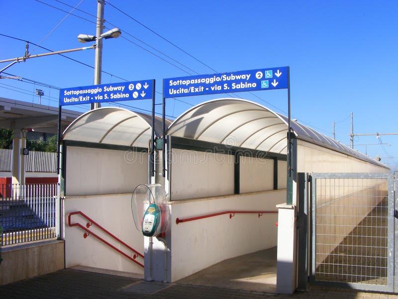 Вход подземного перехода железнодорожного вокзала - южная Италия стоковая фотография rf