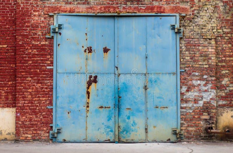 Вход старого склада ржавый с достигшей возраста красной текстурой кирпичной стены стоковые изображения rf