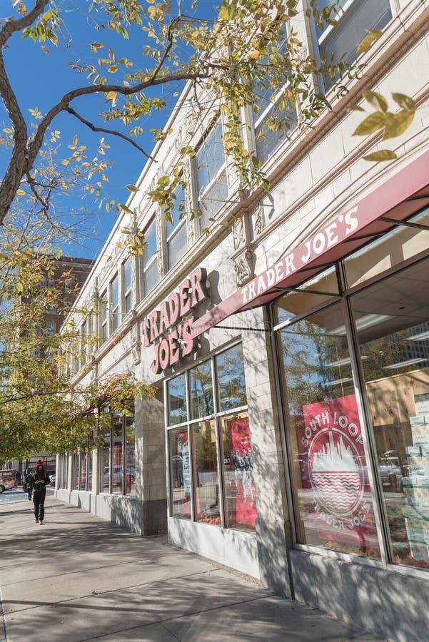 Вход фасада розничного торговца скидки Джо торговца в городском Ch стоковая фотография rf