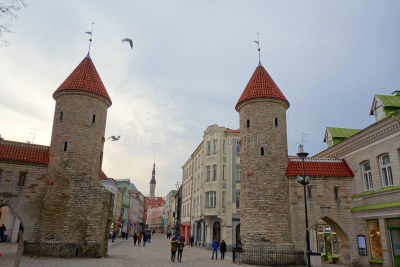 Вход через строб Viru к городку ` s Таллина старому который один из самых лучших сохраненных средневековых городов в Европе и пер стоковое фото