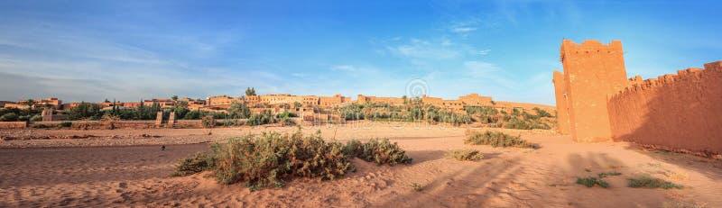 Вход ksar Ait Benhaddou, Ouarzazate Старый город глины в Марокко стоковые изображения rf