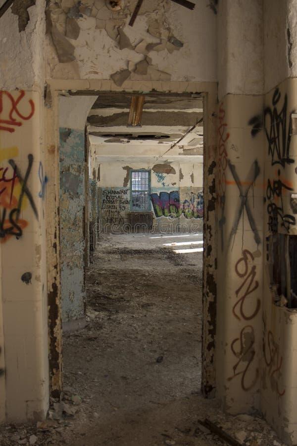 Вход в покинутом здании стоковое изображение rf