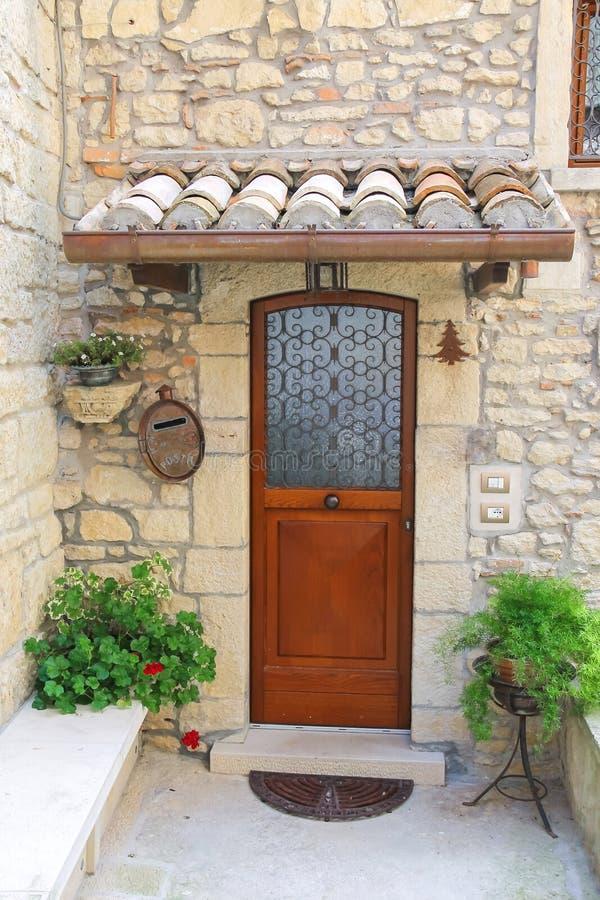 Вход живописного итальянского дома стоковое фото rf