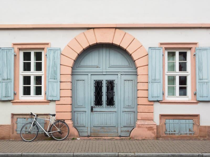 Вход и велосипед дома стоковые фотографии rf
