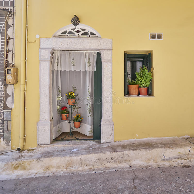 Download Вход и цветочные горшки дома Стоковое Изображение - изображение насчитывающей художничества, аллигатора: 33729863