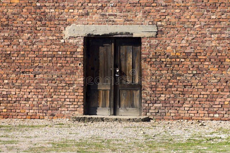 Вход к дешевым домам для пленников Освенцима стоковые фото