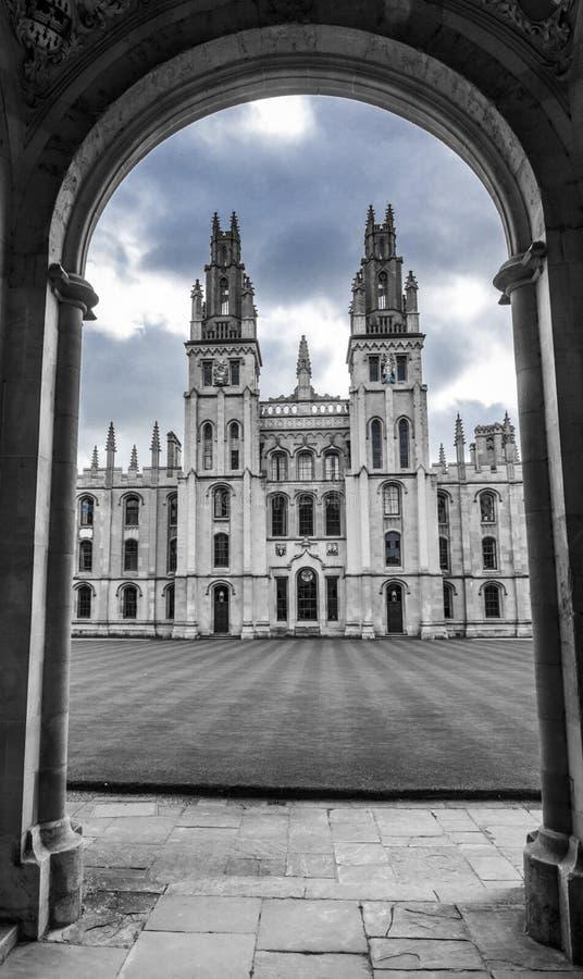 Вход к коллежу в Оксфорде, Англии, bw стоковое фото rf